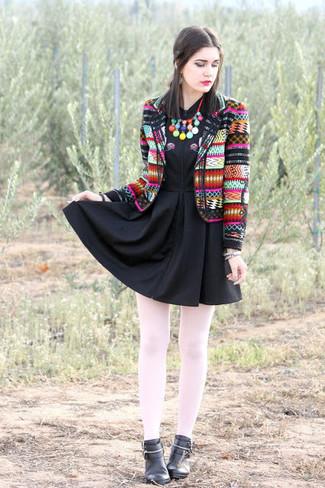 Emparejar un blazer estampado en multicolor y unas medias blancas de mujeres de Capezio es una opción cómoda para hacer diligencias en la ciudad. Complementa tu atuendo con botines de cuero negros para mostrar tu lado fashionista.