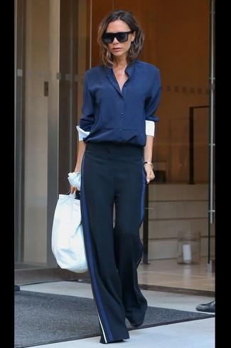 Cómo combinar: blusa de botones azul marino, pantalones anchos azul marino, gafas de sol negras, pulsera dorada