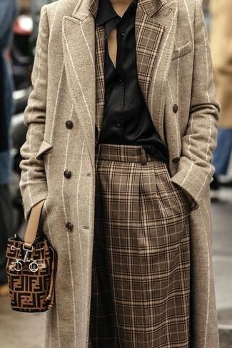 Cómo combinar: falda pantalón de tartán marrón, blusa de botones de seda negra, blazer de tartán marrón, abrigo de rayas verticales en beige