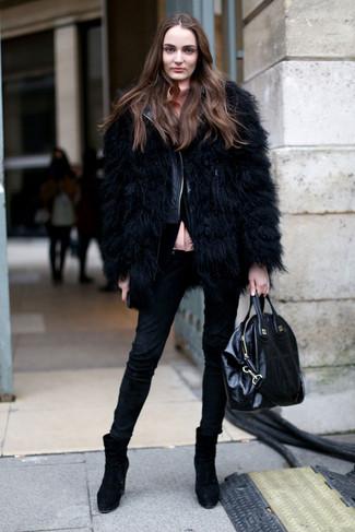 Cómo combinar: vaqueros pitillo negros, blusa de botones rosada, chaqueta motera de cuero acolchada negra, chaqueta de piel negra