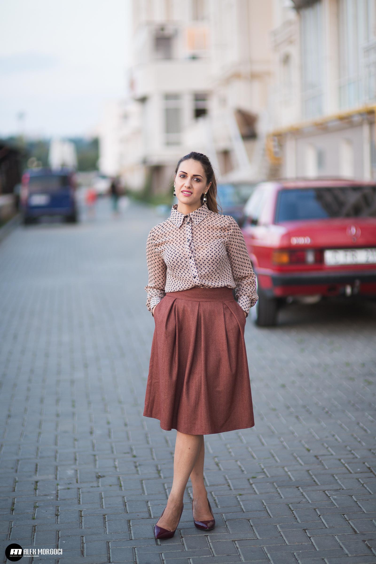 3810870b2 Cómo combinar una falda campana marrón (2 looks de moda) | Moda para ...