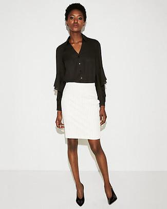 Una blusa de botones de gasa negra y una falda lápiz blanca son una combinación que cada chica con estilo debe tener en su armario. Este atuendo se complementa perfectamente con zapatos de tacón de cuero negros.