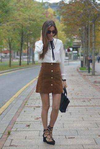 Cómo combinar: blusa de botones blanca, falda con botones de ante marrón, sandalias romanas de ante negras, bolso de hombre de cuero negro