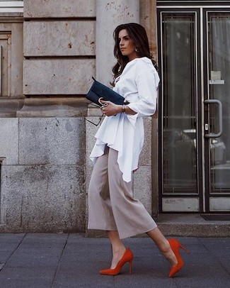 Cómo combinar: blusa de botones blanca, falda pantalón en beige, zapatos de tacón de ante rojos, cartera sobre de ante negra