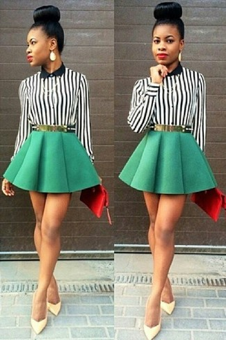 Los días ocupados exigen un atuendo simple aunque elegante, como una blusa de botones de rayas verticales negra y blanca y una falda skater verde. Zapatos de tacón de cuero amarillos son una forma sencilla de mejorar tu look.