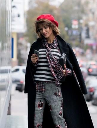 Cómo combinar: pantalón de vestir de tartán gris, blusa de botones de cuadro vichy roja, jersey con cuello circular de rayas horizontales en blanco y negro, abrigo negro