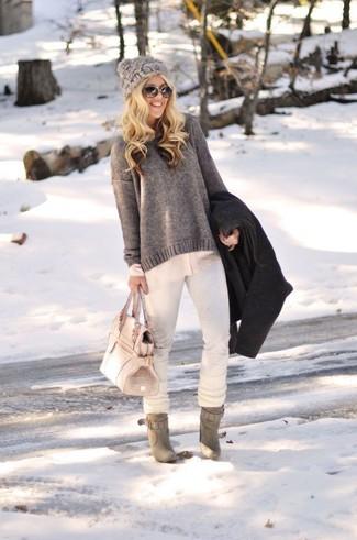 Cómo combinar: vaqueros pitillo blancos, blusa de botones en beige, jersey con cuello circular en gris oscuro, abrigo negro