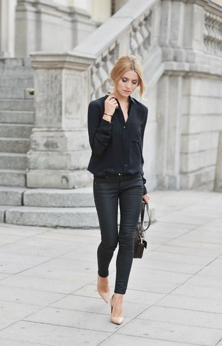 Para seguir las tendencias usa una blusa de botones negra y unos vaqueros pitillo negros. Este atuendo se complementa perfectamente con zapatos de tacón de cuero beige.