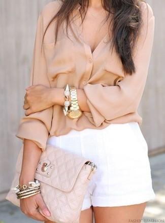 Cómo combinar: blusa de botones en beige, pantalones cortos de lino blancos, cartera sobre de cuero acolchada en beige, pulsera dorada