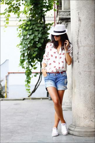 Look de moda: Blusa de Botones Estampada en Rojo y Blanco, Pantalones Cortos Vaqueros Desgastados Azules, Tenis Blancos, Correa de Cuero Roja