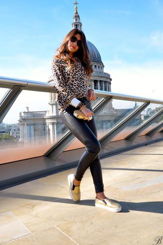 Una blusa de botones de leopardo marrón claro y unos pantalones pitillo de cuero en marrón oscuro son una gran fórmula de vestimenta para tener en tu clóset. ¿Por qué no añadir zapatillas slip-on doradas a la combinación para dar una sensación más relajada?