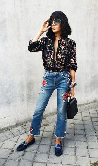 Este combo de una blusa de botones estampada negra y una bandana negra te permitirá mantener un estilo cuando no estés trabajando limpio y simple. ¿Quieres elegir un zapato informal? Usa un par de mocasín de conducción de cuero azules para el día.
