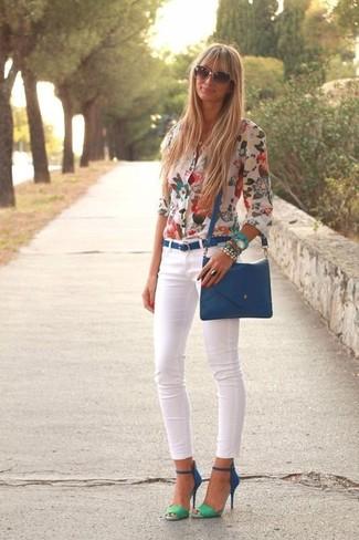 Look de moda: Blusa de Botones con print de flores Blanca, Vaqueros Pitillo Blancos, Sandalias de Tacón de Ante Azules, Bolso Bandolera de Cuero Azul
