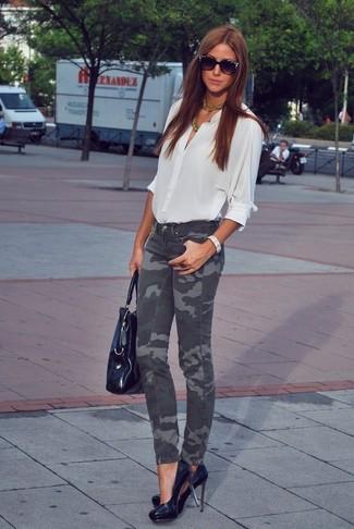 Cómo combinar: blusa de botones blanca, vaqueros pitillo de camuflaje en gris oscuro, zapatos de tacón de cuero negros, bolsa tote de cuero negra