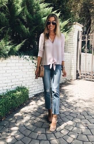 Cómo combinar: blusa de botones rosada, vaqueros desgastados azules, sandalias con cuña de cuero marrón claro, bolso bandolera de cuero marrón claro