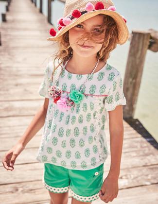 Cómo combinar: blusa de manga corta blanca, pantalones cortos verdes, sombrero de paja en beige