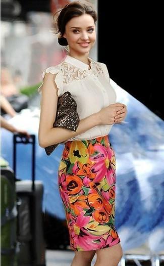 Look de Miranda Kerr: Blusa de Manga Corta de Encaje en Beige, Falda Lápiz con print de flores en Multicolor, Cartera Sobre de Lentejuelas en Marrón Oscuro
