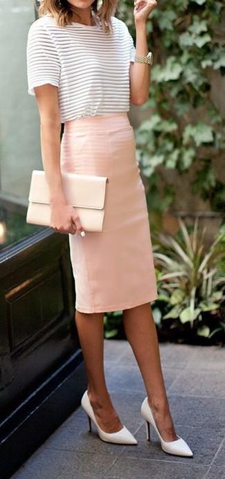 Intenta combinar una blusa de manga corta de rayas horizontales blanca y negra junto a una falda lápiz rosada para cualquier sorpresa que haya en el día. Zapatos de tacón de cuero blancos son una sencilla forma de complementar tu atuendo.