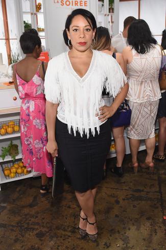 Cómo combinar: blusa de manga corta сon flecos blanca, falda lápiz negra, zapatos de tacón de encaje negros, cartera sobre de cuero negra
