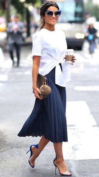 Cómo combinar: blusa de manga corta blanca, falda midi plisada azul marino, sandalias de tacón de ante azules, cartera sobre de cuero en marrón oscuro