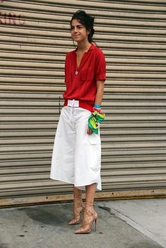 Ponte una blusa de manga corta roja y una correa y te verás como todo un bombón. Con el calzado, sé más clásico y complementa tu atuendo con zapatos de tacón de cuero beige.