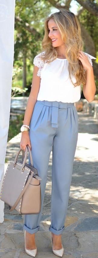 Los días ocupados exigen un atuendo simple aunque elegante, como una blusa de manga corta blanca y un pantalón de pinzas celeste. Este atuendo se complementa perfectamente con zapatos de tacón de cuero grises.