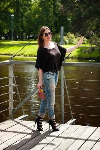 Cómo combinar: blusa de manga corta en marrón oscuro, vaqueros boyfriend desgastados azules, sandalias de tacón de cuero negras, cartera sobre transparente