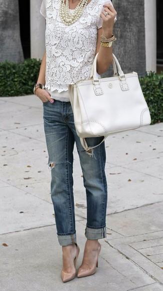 Empareja una blusa de manga corta de encaje blanca junto a una bolsa tote de cuero blanca para una vestimenta cómoda que queda muy bien junta. Agrega zapatos de tacón de cuero beige a tu apariencia para un mejor estilo al instante.
