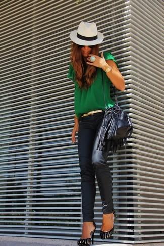 Haz de una blusa de manga corta verde y unos vaqueros pitillo de cuero negros tu atuendo para un almuerzo en domingo con amigos. Zapatos de tacón de ante negros y dorados son una forma sencilla de mejorar tu look.