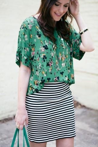 Cómo combinar: blusa de manga corta con print de flores verde, minifalda de rayas horizontales en blanco y negro, bolsa tote de cuero verde, pulsera en blanco y negro