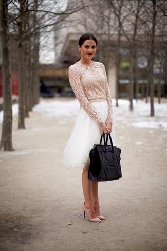 Elige una blusa de manga larga de encaje blanca y una falda campana de tul blanca para conseguir una apariencia glamurosa y elegante. Zapatos de tacón de cuero beige son una opción buena para complementar tu atuendo.
