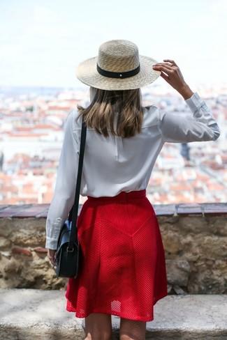 Cómo combinar: blusa de manga larga blanca, falda skater roja, bolso bandolera de cuero negro, sombrero de paja en beige