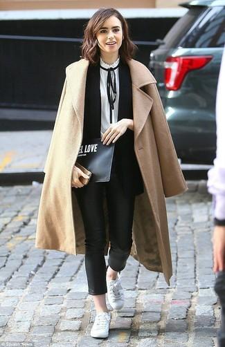 Cómo combinar: pantalones pitillo de cuero negros, blusa de manga larga en blanco y negro, blazer sin mangas negro, abrigo marrón claro