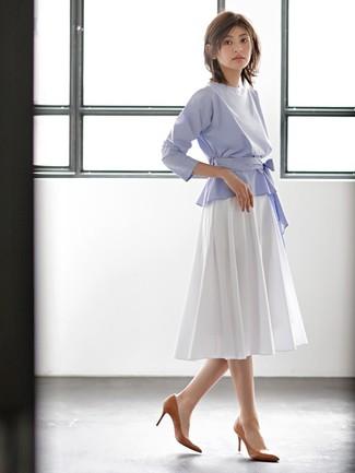 Cómo combinar: blusa de manga larga celeste, falda midi plisada blanca, zapatos de tacón de cuero marrónes