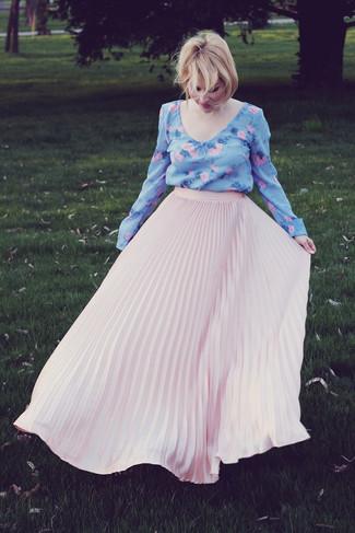 Cómo combinar: blusa de manga larga con print de flores celeste, falda larga plisada rosada
