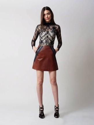 Cómo combinar: blusa de manga larga de encaje negra, minifalda de cuero marrón, sandalias de tacón de ante negras