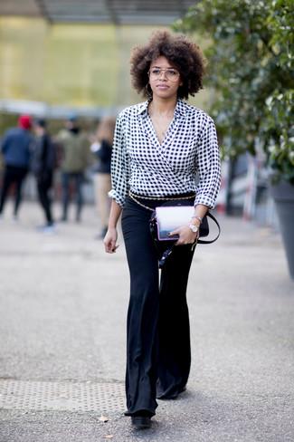 Para seguir las tendencias usa una blusa de manga larga de cuadro vichy negra y blanca y una correa.