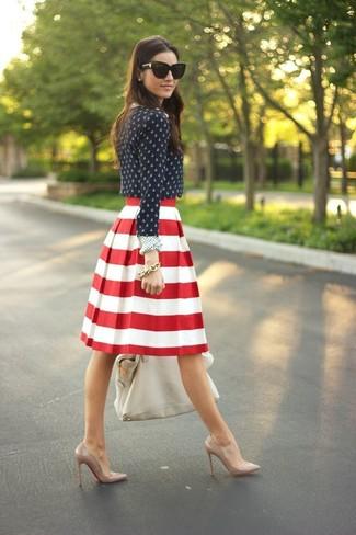 Para seguir las tendencias usa una blusa de manga larga a lunares azul marino y blanca y una bolsa tote de cuero blanca. Zapatos de tacón de cuero marrón claro son una opción perfecta para completar este atuendo.