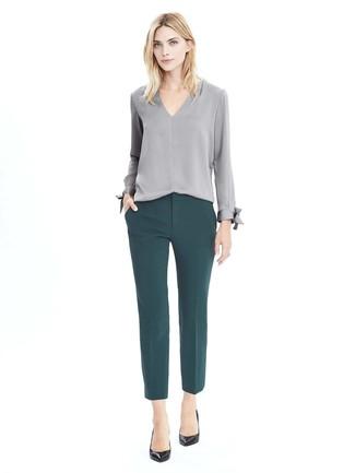 Cómo combinar: blusa de manga larga gris, pantalones pitillo verde oscuro, zapatos de tacón de cuero negros