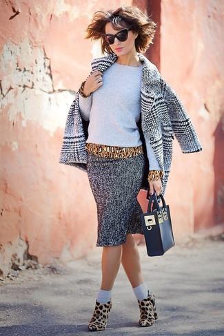 Combinar un abrigo de tartán gris estilo casual elegante: Para un atuendo que esté lleno de caracter y personalidad utiliza un abrigo de tartán gris y una falda lápiz de espiguilla gris. Botines de ante de leopardo marrón claro son una opción inmejorable para complementar tu atuendo.