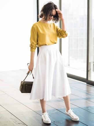 Cómo combinar una falda plisada blanca con unos tenis blancos (3 ... 692f7347447c