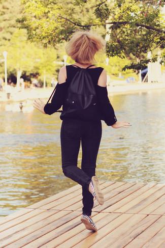 Cómo combinar: blusa de manga larga negra, vaqueros pitillo negros, alpargatas de rayas horizontales en azul marino y blanco, mochila negra