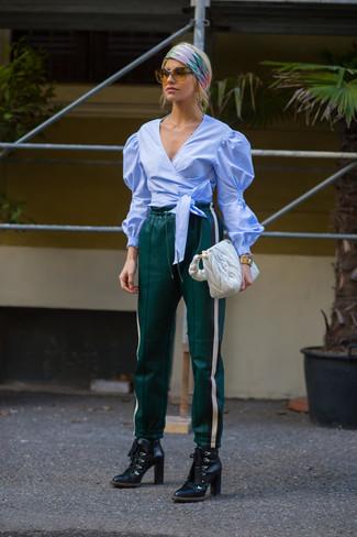 Elige una blusa de manga larga celeste y una bolsa tote de cuero blanca para lucir elegante y distinguida. Un par de botines con cordones de cuero negros se integra perfectamente con diversos looks.