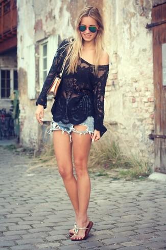 Intenta combinar una blusa de manga larga de encaje negra junto a unos pantalones cortos vaqueros azules para cualquier sorpresa que haya en el día. Para darle un toque relax a tu outfit utiliza sandalias de dedo de cuero plateadas.