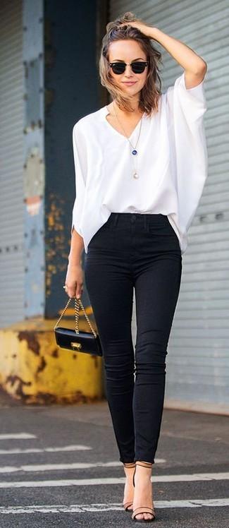 Equípate una blusa de manga larga blanca con unos vaqueros pitillo negros para cualquier sorpresa que haya en el día. Este atuendo se complementa perfectamente con sandalias de tacón de cuero marrón claro.