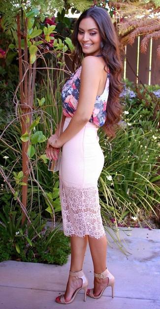 Cómo combinar: blusa sin mangas con print de flores azul marino, falda lápiz de encaje blanca, sandalias de tacón de cuero en beige, bolso bandolera transparente