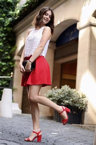 Cómo combinar: blusa sin mangas de encaje blanca, falda skater roja, sandalias de tacón de cuero rojas, cartera sobre de cuero negra