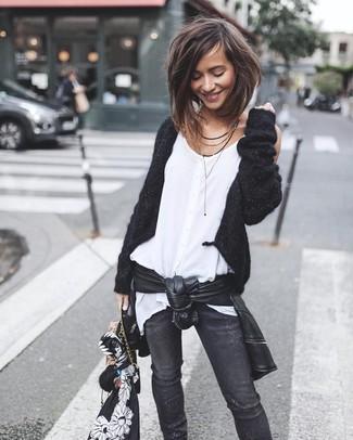 Cómo combinar: vaqueros pitillo desgastados negros, blusa sin mangas de gasa blanca, cárdigan abierto negro, chaqueta motera de cuero negra