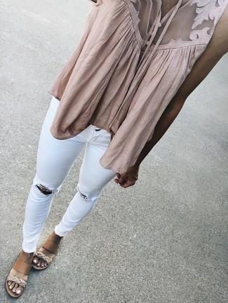Cómo combinar: blusa sin mangas en beige, vaqueros pitillo desgastados blancos, sandalias con cuña de cuero marrón claro