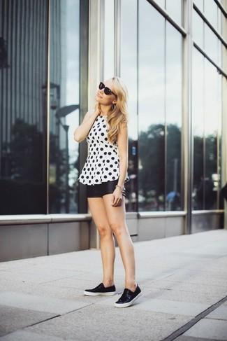 Ponte una blusa sin mangas a lunares en blanco y negro y unos pantalones cortos de cuero negros para una apariencia fácil de vestir para todos los días. ¿Por qué no añadir zapatillas slip-on de cuero negras a la combinación para dar una sensación más relajada?